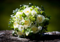 Huwelijksboeket met gele rozen die op een kalksteenmuur leggen Royalty-vrije Stock Afbeeldingen