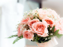 Huwelijksboeket met inbegrip van roze rozen Stock Foto