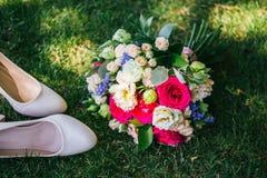 Huwelijksboeket met tuflmi die op het gras liggen Royalty-vrije Stock Foto