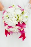 Huwelijksboeket met witte bloemen in handen Stock Foto's