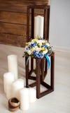 Huwelijksboeket met witte en blauwe bloemen met witte kaarsen Stock Fotografie