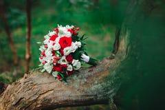 Huwelijksboeket met witte en rode bloemen Royalty-vrije Stock Foto's