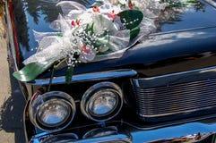 Huwelijksboeket op autokap Royalty-vrije Stock Afbeelding