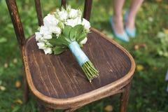 Huwelijksboeket op de stoel Stock Foto's