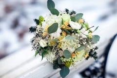 Huwelijksboeket op een lichte achtergrond De winterboeket Royalty-vrije Stock Afbeelding