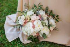 Huwelijksboeket op groen gras Stock Fotografie