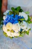 Huwelijksboeket van blauwe en witte bloemen Stock Fotografie