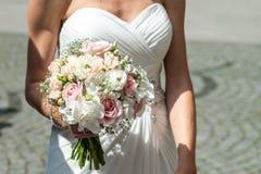 Huwelijksboeket van bloemen door bruidclose-up die worden gehouden Roze Bloem stock foto's
