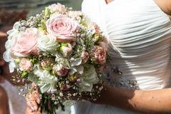 Huwelijksboeket van bloemen door bruidclose-up die worden gehouden Roze Bloem royalty-vrije stock afbeelding