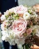 Huwelijksboeket van bloemen door bruidclose-up die worden gehouden Roze Bloem stock foto