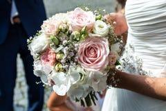 Huwelijksboeket van bloemen door bruidclose-up die worden gehouden Roze Bloem stock afbeelding