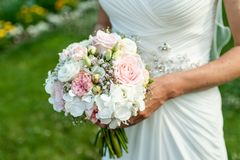 Huwelijksboeket van bloemen door bruidclose-up die worden gehouden Roze Bloem royalty-vrije stock foto