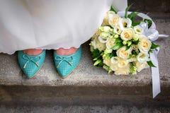 Huwelijksboeket van bloemen en bride& x27; s schoenen Royalty-vrije Stock Afbeeldingen