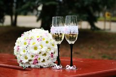 Huwelijksboeket van bloemen en glazen champagne royalty-vrije stock fotografie