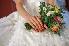 Huwelijksboeket van bloemen in handen Royalty-vrije Stock Foto