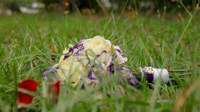 Huwelijksboeket van Bloemen in het Gras stock footage