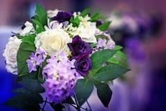 Huwelijksboeket van bruid kleurrijke witte, purpere en groene bloemen stock fotografie