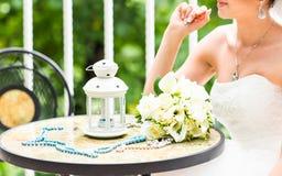 Huwelijksboeket van bruid - witte rozen en callas die op lijst bij huwelijk liggen Stock Fotografie
