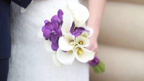 Huwelijksboeket van de bruid stock footage