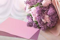 Huwelijksboeket van een sering en pioenen op een lijst van marmer met de plaats voor de tekst of de beschrijving stock foto's