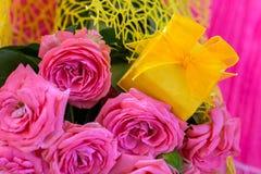 Huwelijksboeket van mooie roze rozen met gele giftdoos voor juwelen Stock Afbeeldingen