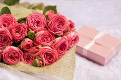Huwelijksboeket van mooie roze rozen met gift Stock Afbeelding