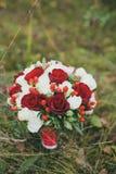 Huwelijksboeket van rode en witte rozen Stock Foto's