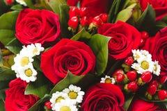 huwelijksboeket van rode rozen en dasies De hoogste macro van de menings selectieve die nadruk met ondiepe DOF wordt geschoten Royalty-vrije Stock Foto