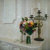 Huwelijksboeket van roze en witte rozen en blauwe fresia royalty-vrije stock afbeelding