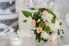 Huwelijksboeket van rozen, chrysant en het leggen op de lijst wordt gemaakt die royalty-vrije stock afbeelding
