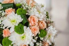 Huwelijksboeket van rozen, chrysant en het leggen op de lijst wordt gemaakt die Royalty-vrije Stock Foto
