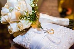 Huwelijksboeket van rozen met twee ringen Royalty-vrije Stock Afbeeldingen