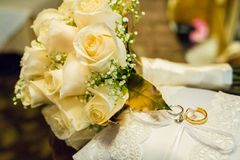 Huwelijksboeket van rozen met twee ringen Royalty-vrije Stock Foto