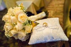 Huwelijksboeket van rozen met twee ringen Royalty-vrije Stock Fotografie