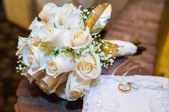 Huwelijksboeket van rozen met twee ringen Stock Afbeeldingen
