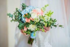 Huwelijksboeket van rozen wordt gemaakt, peonys, hortensia die, Royalty-vrije Stock Foto's