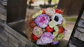 Huwelijksboeket van verse bloemen Feestelijk boeket van verse bloemen Het bruids boeket van het huwelijk Floristry huwelijk stock footage