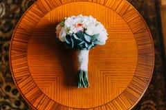 Huwelijksboeket van witte en oranje rozen op een houten lijst Hoogste mening Royalty-vrije Stock Afbeelding