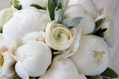 Huwelijksboeket van witte pioenen en ranunculuses Floristry huwelijk Royalty-vrije Stock Afbeeldingen