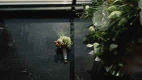Huwelijksboeket van witte, roze en rode bloemen op het venster Bruid` s ochtend Boeket dichtbij het venster stock video