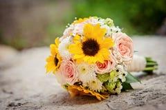 Huwelijksboeket van zonnebloemen stock fotografie