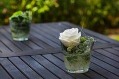 Huwelijksboeketten van rozen bij buitenceremonie. Royalty-vrije Stock Afbeelding