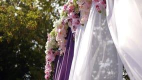 Huwelijksboog, decor, ceremonie, bloemen stock footage