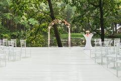 Huwelijksboog die met bloemen op een huwelijksceremonie wordt verfraaid Zacht daglicht, openlucht, dichtbij meer stock foto's