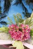 Huwelijksboog en opstelling met bloemen op tropisch strand royalty-vrije stock foto's