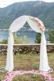 Huwelijksboog met bloemen in openlucht wordt verfraaid die Royalty-vrije Stock Foto's