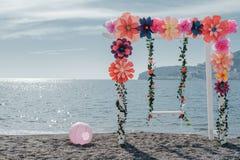 Huwelijksboog met kunstmatige Kleurrijke bloemdecoratie dichtbij Th stock afbeelding