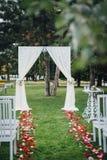 Huwelijksboog voor de huwelijksceremonie, met doek wordt verfraaid die en Royalty-vrije Stock Foto's
