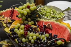 Huwelijksbuffet met verse exotische vruchten: kiwi, druiven, watermeloen royalty-vrije stock foto