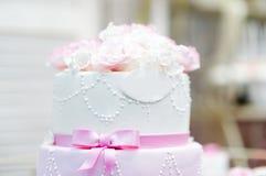 Huwelijkscake die met roombloemen wordt verfraaid Stock Afbeelding